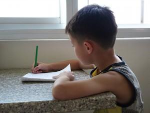 niño de seis años concentradísima dibujando