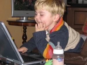 niño estudiando con ordenadores