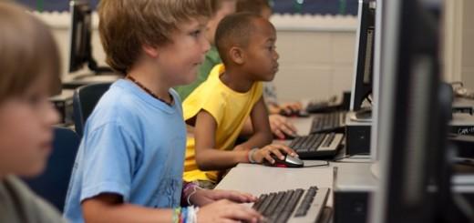 niños estudiando con ordenadores