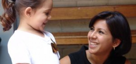 Madre educando con amor a su hija